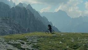 Motociclista che si ferma sul punto scenico di vista archivi video