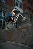 Motociclista che si leva in piedi sul bordo Fotografie Stock