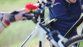 Motociclista che spinge bicicletta sulla collina archivi video