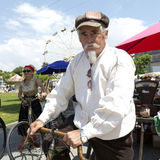 Motociclista che tiene una vecchia bicicletta. Fotografie Stock