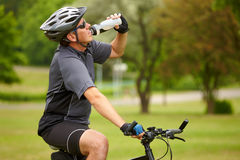 Motociclista com garrafa de água Fotos de Stock