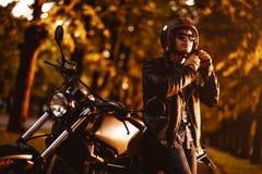 Motociclista com uma motocicleta do café-piloto foto de stock royalty free