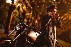 Motociclista com uma motocicleta do café-piloto imagem de stock
