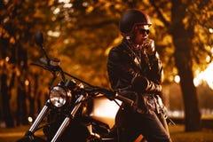 Motociclista com uma motocicleta do café-piloto imagens de stock