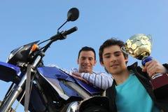 Motociclista con vetro a disposizione Immagine Stock