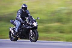 Motociclista d'accelerazione Fotografie Stock