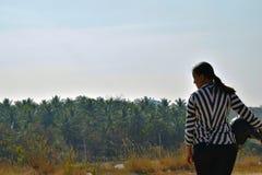 Motociclista da menina que guarda seu capacete e que levanta para uma imagem na paisagem larga foto de stock
