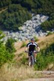 Motociclista da montanha em fugas Imagem de Stock Royalty Free
