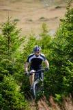 Motociclista da montanha em fugas Fotografia de Stock Royalty Free