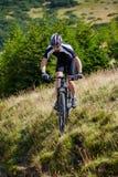 Motociclista da montanha em fugas Imagens de Stock