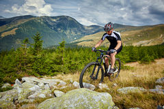 Motociclista da montanha em fugas Fotos de Stock Royalty Free
