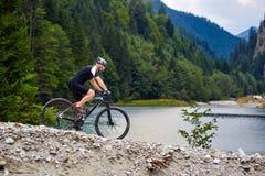 Motociclista da montanha em fugas Foto de Stock Royalty Free