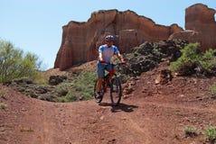 Motociclista da montanha na garganta Fotografia de Stock Royalty Free