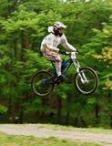 Motociclista da montanha no ar fotos de stock royalty free