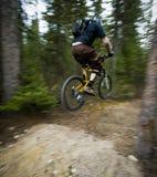 Motociclista da montanha no ar Imagem de Stock Royalty Free