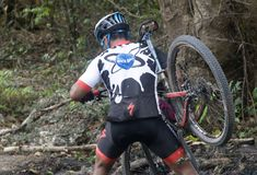 Motociclista da montanha que cruza-se sobre a lama fotos de stock royalty free