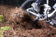 Motociclista da montanha que põe através do canto Imagens de Stock