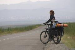 Motociclista da mulher em uma estrada Fotos de Stock Royalty Free