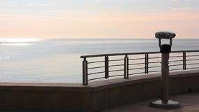Motociclista da mulher no beira-mar video estoque