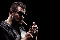 Motociclista de Badass que ilumina-se acima de um cigarro Imagem de Stock