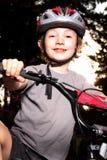 Motociclista de sorriso no crepúsculo Imagens de Stock