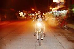 Motociclista del giovane che guida un motociclo Fotografia Stock Libera da Diritti