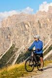 Motociclista della montagna con le montagne rocciose Immagini Stock Libere da Diritti
