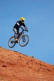 Motociclista della montagna della mosca Immagine Stock