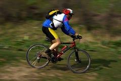 Motociclista della montagna di movimento di velocità Immagine Stock