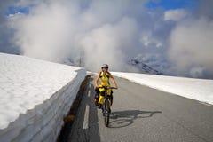 Motociclista della montagna in Norvegia Fotografie Stock