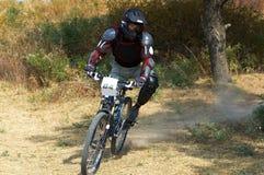 Motociclista della montagna sulla corsa Fotografia Stock
