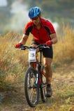 Motociclista della montagna sulla corsa Fotografie Stock