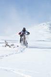 Motociclista della neve in discesa Fotografia Stock