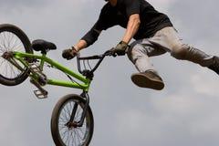 Motociclista di BMX disperso nell'aria Immagine Stock