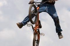 Motociclista di BMX disperso nell'aria fotografia stock