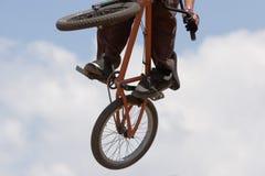 Motociclista di BMX disperso nell'aria fotografia stock libera da diritti