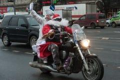 Motociclista di Santa Claus su un motociclo Fotografie Stock