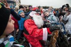 Motociclista di Santa Claus su un motociclo Fotografia Stock Libera da Diritti