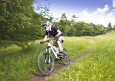 Motociclista in discesa Fotografia Stock Libera da Diritti
