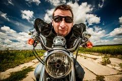 Motociclista divertente che corre sulla strada Fotografia Stock Libera da Diritti