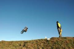 Motociclista e Flagsman Immagine Stock Libera da Diritti