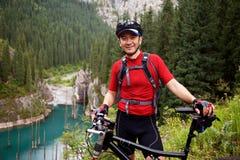 Motociclista e lago asiáticos da montanha Foto de Stock Royalty Free