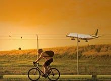 Motociclista e plano Imagem de Stock Royalty Free