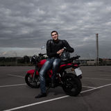 Motociclista e seu velomotor imagem de stock royalty free
