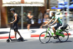Motociclista e 'trotinette' urbanos do pontapé em Tel Aviv, Israel Imagem de Stock Royalty Free