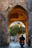 Motociclista ed arco, Taormina, Sicilia fotografie stock libere da diritti