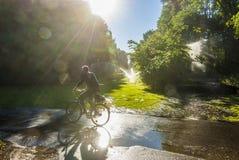 Motociclista em Berlin Tiergarten com alargamentos da lente Imagem de Stock