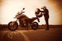 Motociclista em um por do sol enevoado fotografia de stock royalty free