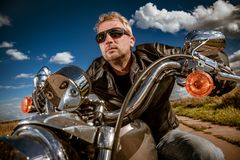 Motociclista em uma motocicleta fotografia de stock royalty free