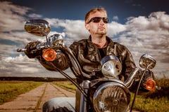 Motociclista em uma motocicleta fotos de stock